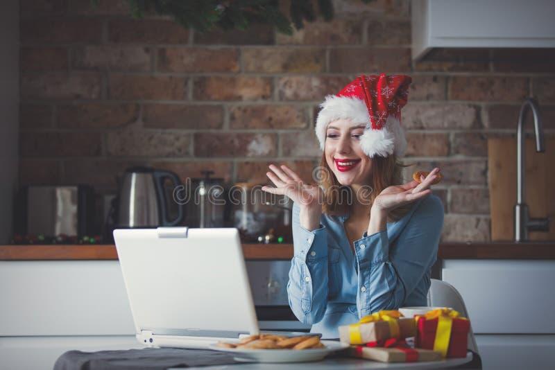 Mulher de negócios nova bonita no chapéu de Santa Claus fotografia de stock royalty free