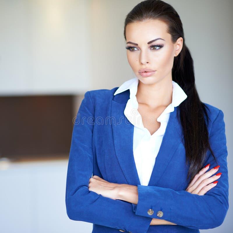 Mulher de negócios nova bonita profundamente no pensamento foto de stock royalty free