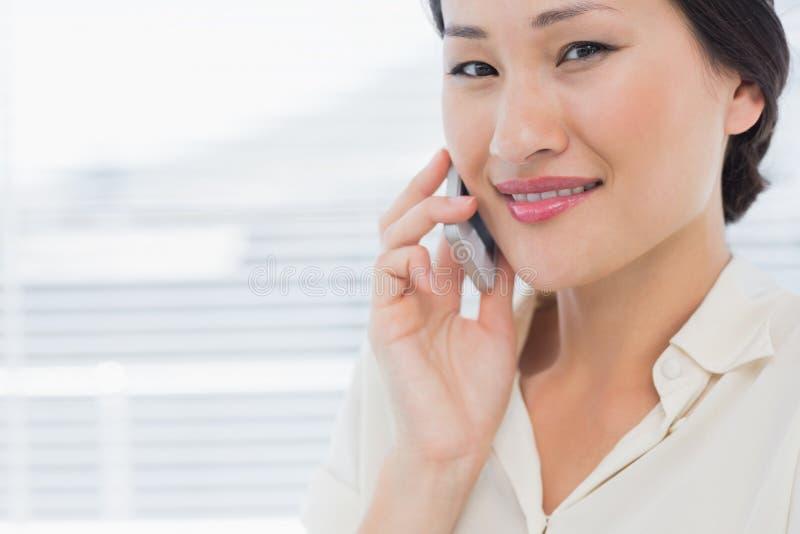 Mulher de negócios nova bonita que usa o telefone celular fotos de stock