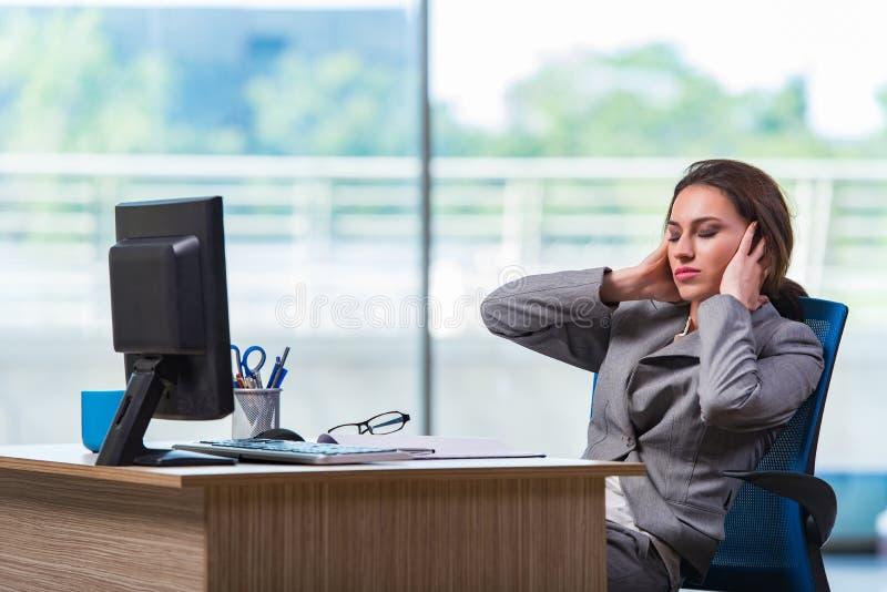 A mulher de negócios nova cansado após o dia de trabalho longo fotos de stock