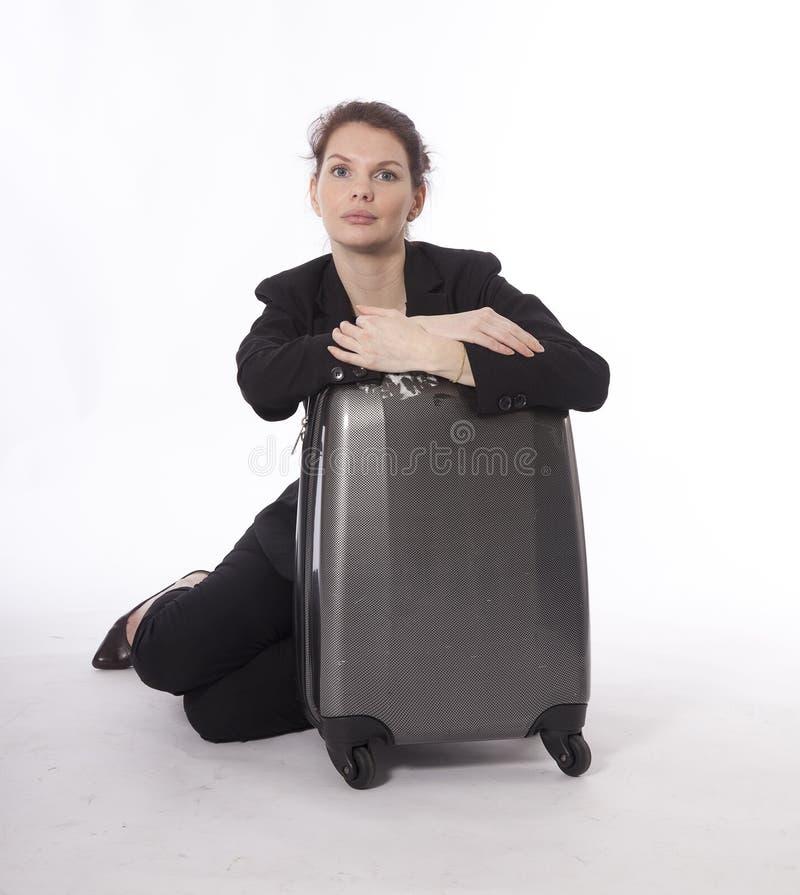 Mulher de negócios nova com a mala de viagem isolada foto de stock