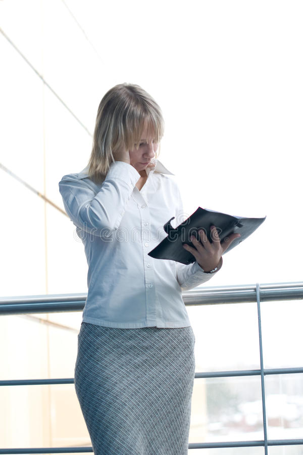 Download Mulher De Negócios Nova Com O Planejador Do Dia Na Entrada Imagem de Stock - Imagem de incorporado, caucasiano: 12805987