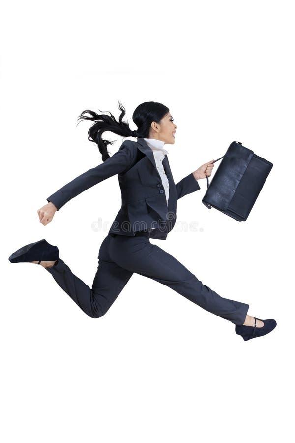 Mulher de negócios nova com a pasta que corre para o sucesso foto de stock royalty free