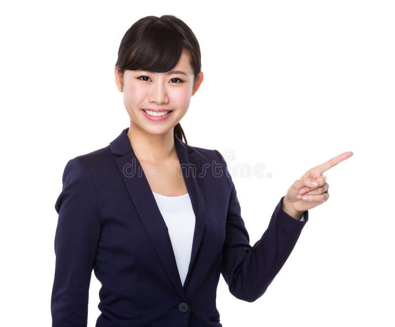 Mulher de negócios nova com ponto do dedo acima fotos de stock royalty free