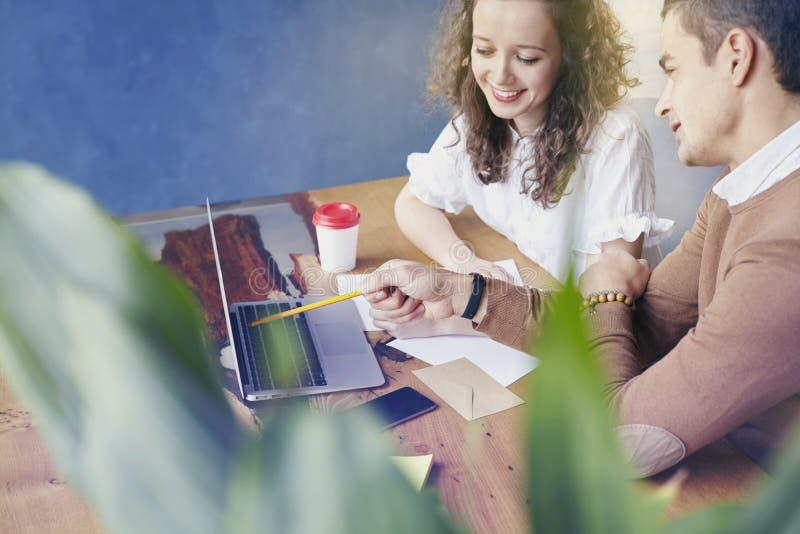 A mulher de negócios nova com povos dos sócios recolheu junto, discutindo a ideia criativa no escritório Encontro Startup dos col imagem de stock