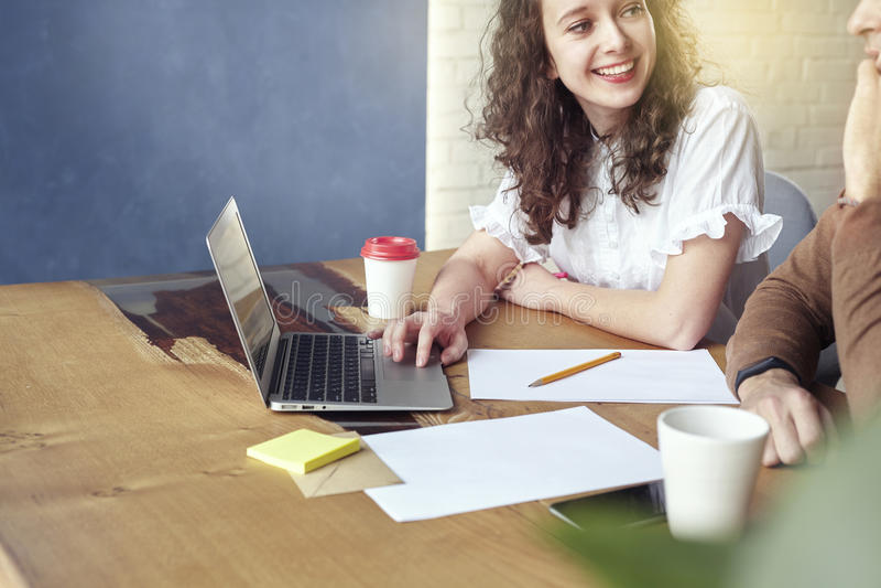 Mulher de negócios nova com trabalho de sorriso dos sócios junto, discutindo a ideia criativa no escritório Encontro Start-up dos fotos de stock