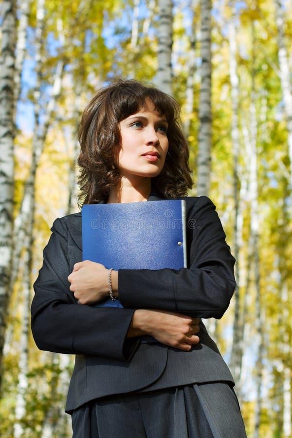 Download Mulher De Negócios Nova Com Um Dobrador Na Natureza. Foto de Stock - Imagem de fresco, fêmea: 12809042