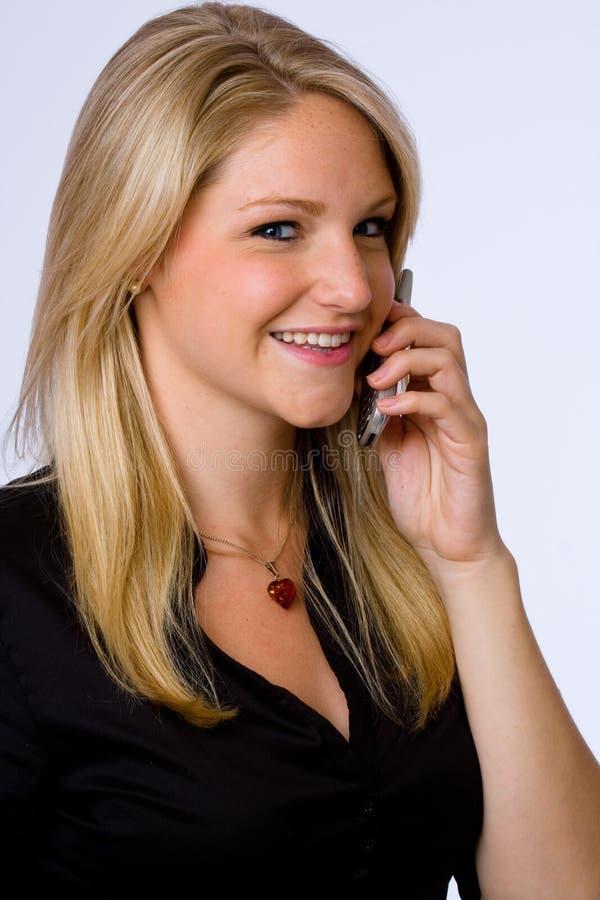 Mulher de negócios nova de sorriso no telefone de pilha. fotos de stock