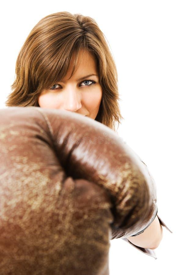 A mulher de negócios nova defende dos concorrentes. fotografia de stock royalty free