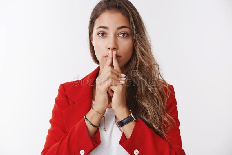 A mulher de negócios nova devista atrativa nervosa que espera resultados importantes preocupou-se guardando as palmas que tocam j fotografia de stock royalty free