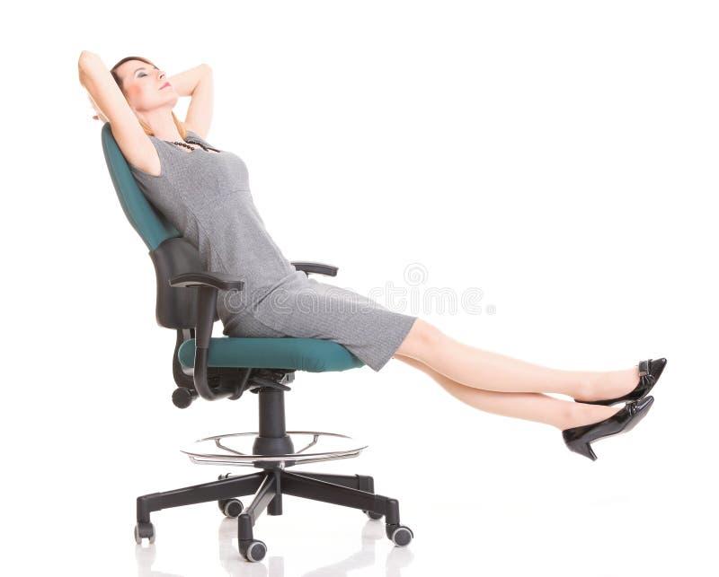 Mulher de negócios nova entusiasmado feliz, relaxando na cadeira do escritório, rel foto de stock royalty free