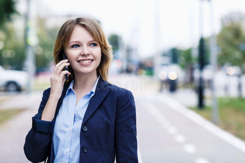 A mulher de negócios nova fala no telefone fotos de stock royalty free