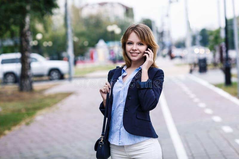 A mulher de negócios nova fala no telefone imagem de stock royalty free