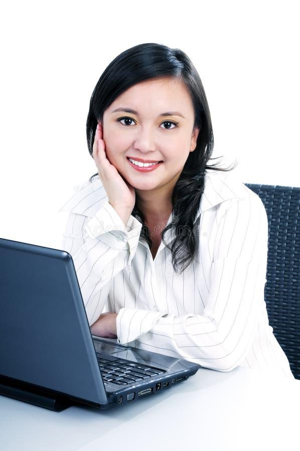 Mulher de negócios nova feliz com portátil fotos de stock