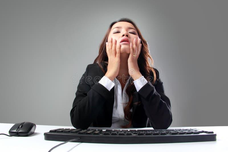 A mulher de negócios nova fica cansado, forçado fotografia de stock