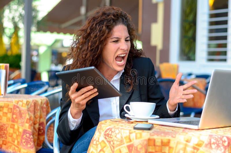Mulher de negócios nova frustrante irritada fotos de stock royalty free