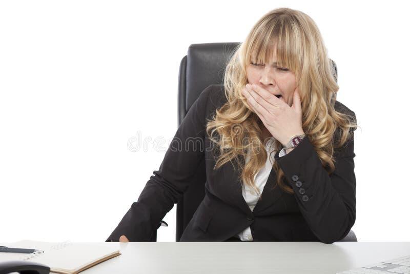 Mulher de negócios nova furada que boceja fotografia de stock royalty free
