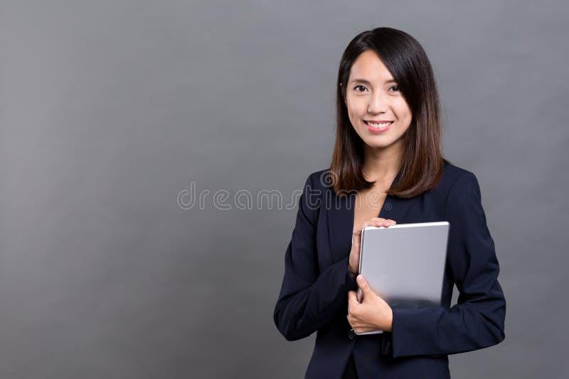 Mulher de negócios nova Holding Digital Tablet fotografia de stock royalty free