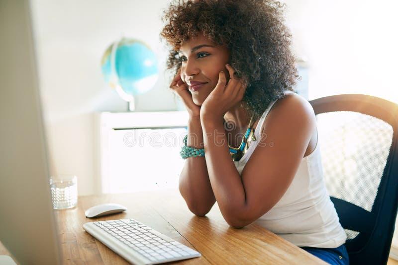 Mulher de negócios nova intensa que estuda um relatório fotografia de stock