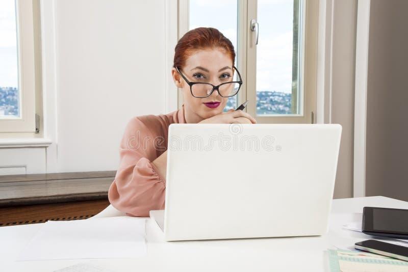 Mulher de negócios nova Looking no computador seriamente foto de stock royalty free