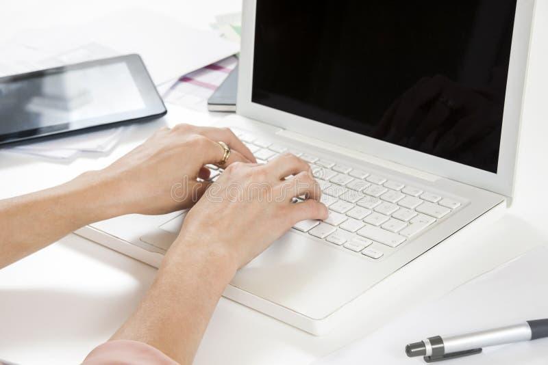Mulher de negócios nova Looking no computador seriamente imagens de stock