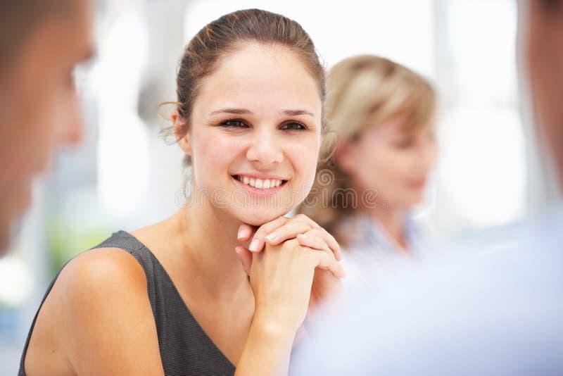 Mulher de negócios nova na reunião imagem de stock royalty free