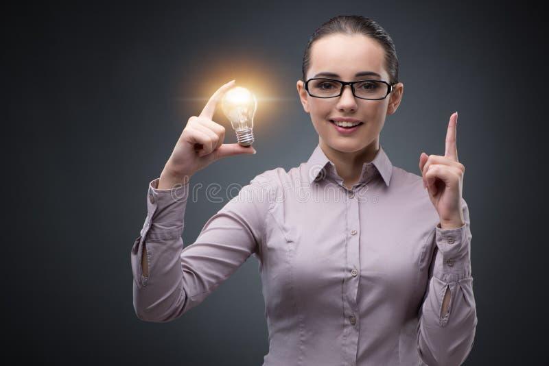 A mulher de negócios nova no conceito brilhante da ideia fotografia de stock royalty free