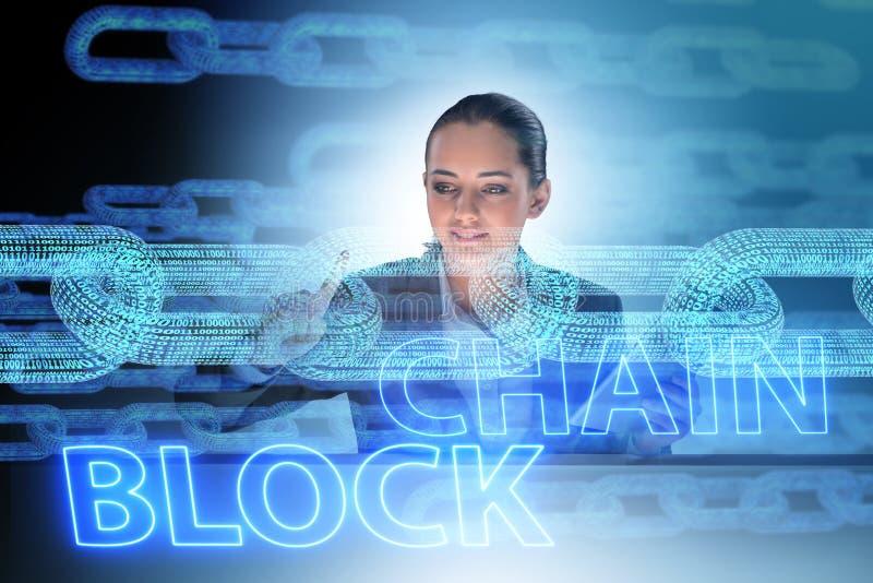 A mulher de negócios nova no conceito inovativo do blockchain imagens de stock
