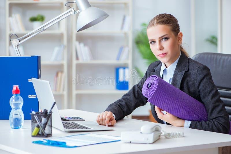 A mulher de negócios nova no conceito saudável do estilo de vida imagem de stock