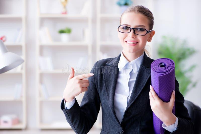A mulher de negócios nova no conceito saudável do estilo de vida imagens de stock