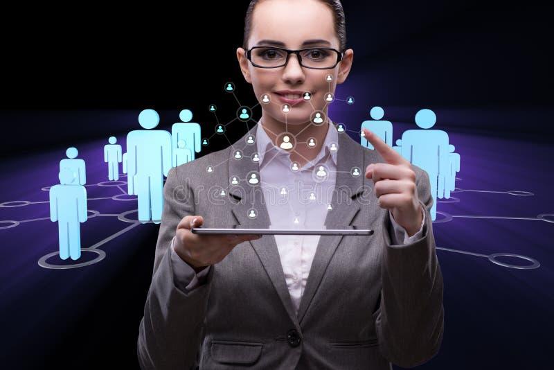 A mulher de negócios nova no conceito social das redes fotografia de stock