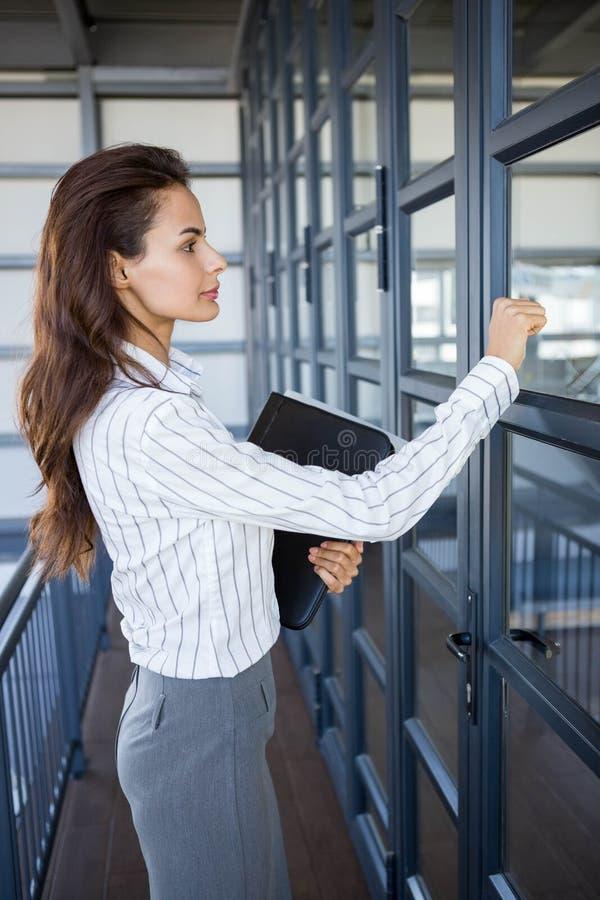 Mulher de negócios nova no escritório fotografia de stock