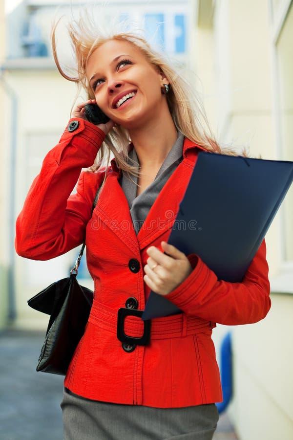 Mulher de negócios nova no telefone. imagens de stock royalty free