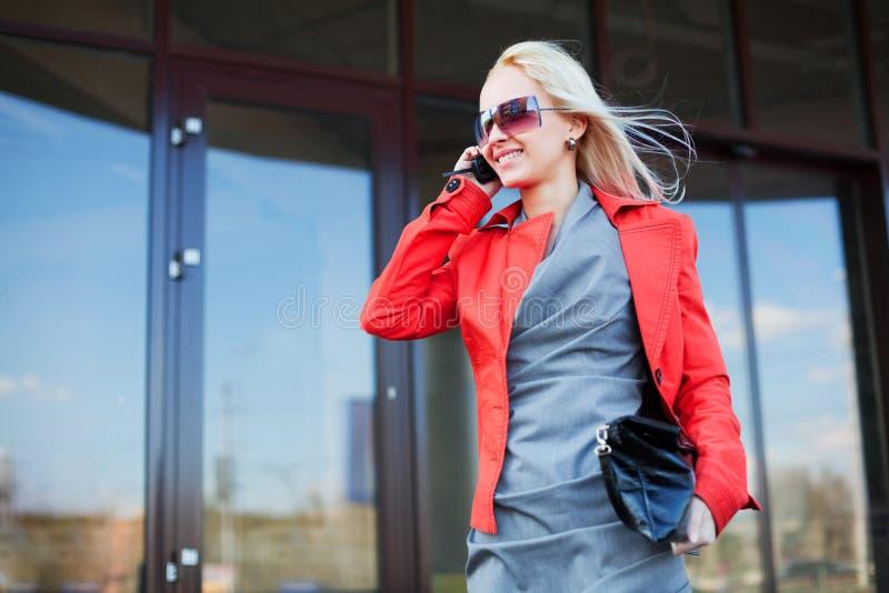 Mulher de negócios nova no telefone. fotografia de stock royalty free