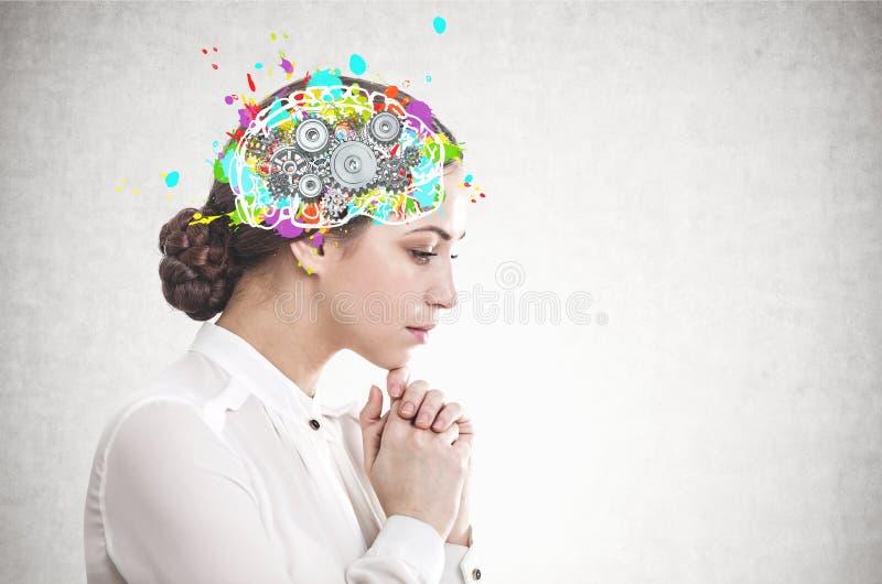 Mulher de negócios nova pensativa, cérebro da roda denteada fotos de stock royalty free