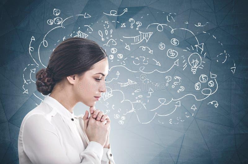 Mulher de negócios nova pensativa, plano de negócios fotos de stock