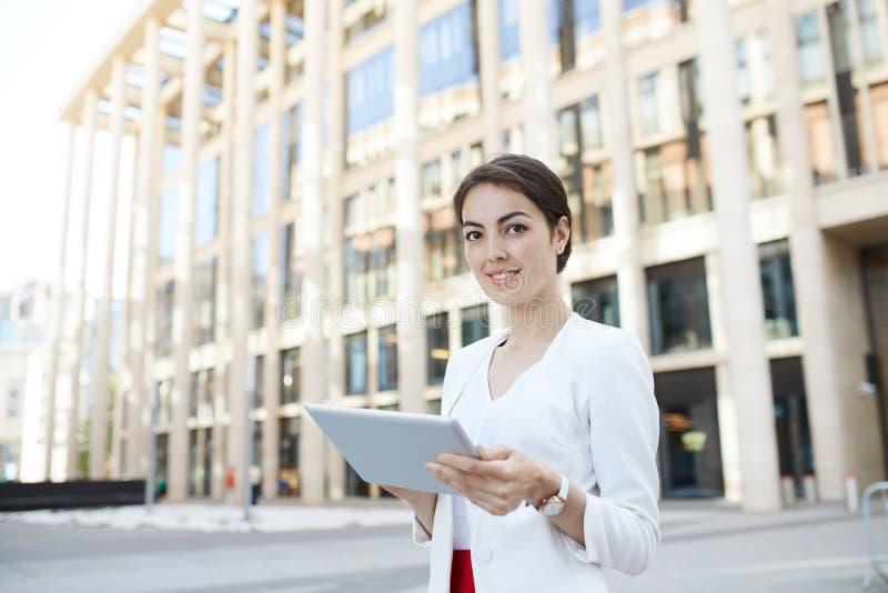 Mulher de negócios nova Posing Outdoors imagens de stock