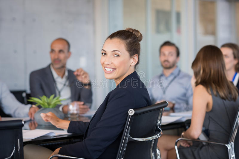 Mulher de negócios nova que assiste à reunião foto de stock