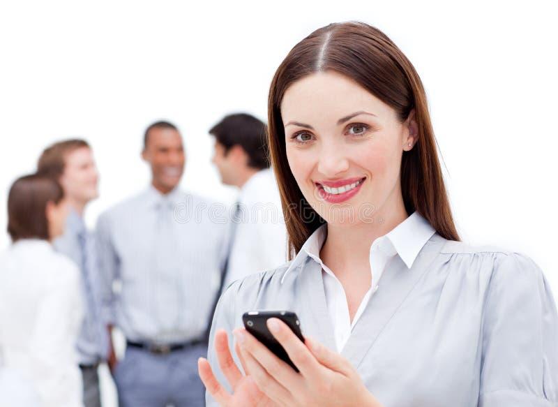 Mulher de negócios nova que emite uma mensagem fotos de stock
