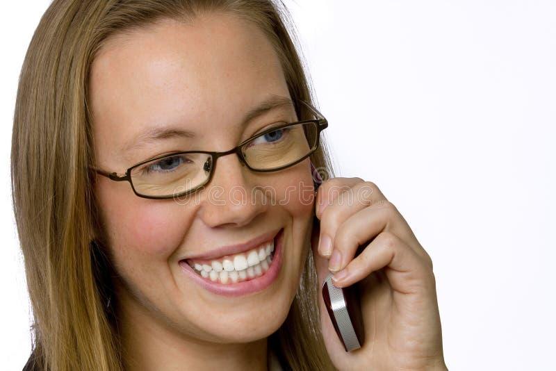 Mulher de negócios nova que fala no telefone de pilha. imagem de stock royalty free