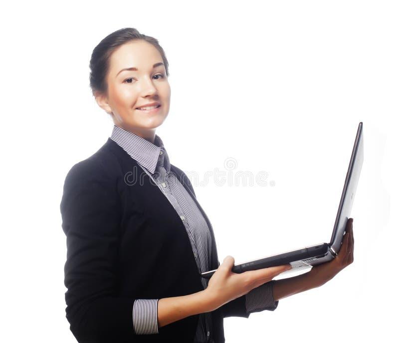 Mulher de negócios nova que guarda um portátil fotos de stock
