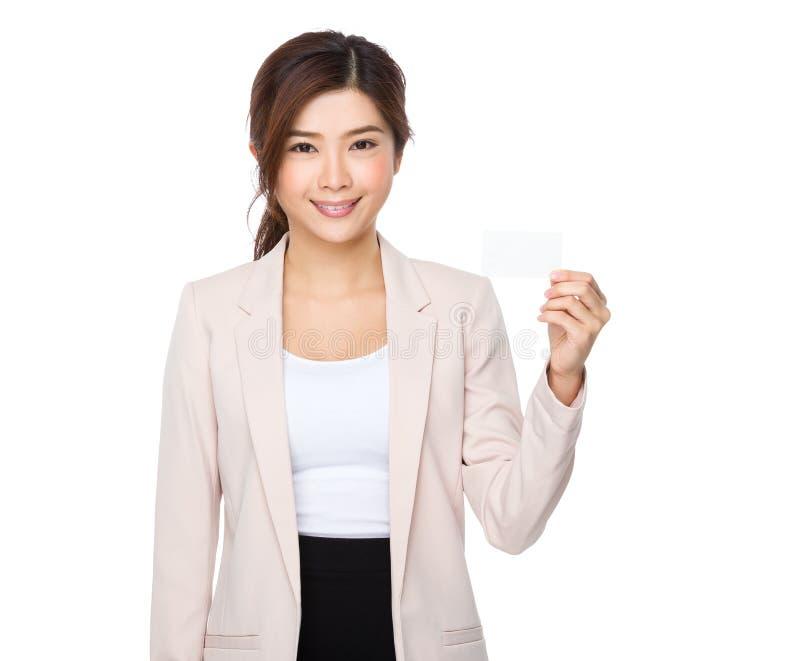 Mulher de negócios nova que mostra com cartão de nome fotos de stock