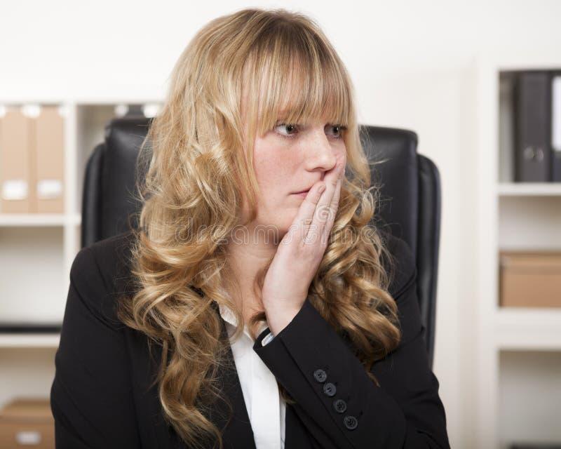 Mulher de negócios nova que olha preocupada fotos de stock royalty free
