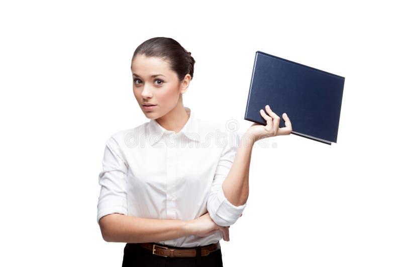 Mulher de negócios nova que prende o diário azul imagem de stock royalty free