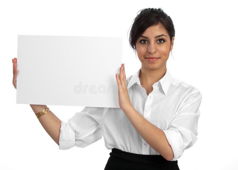 Mulher de negócios nova que prende o sinal vazio fotografia de stock