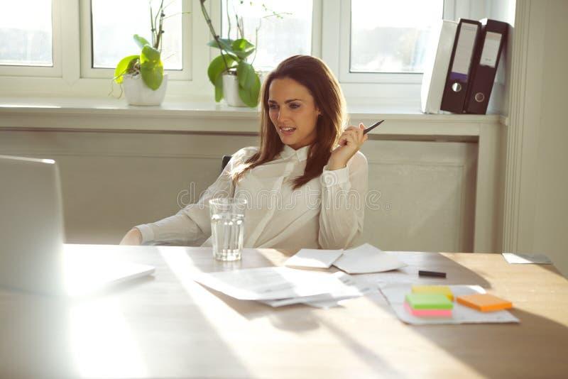 Mulher de negócios nova que trabalha da casa imagem de stock
