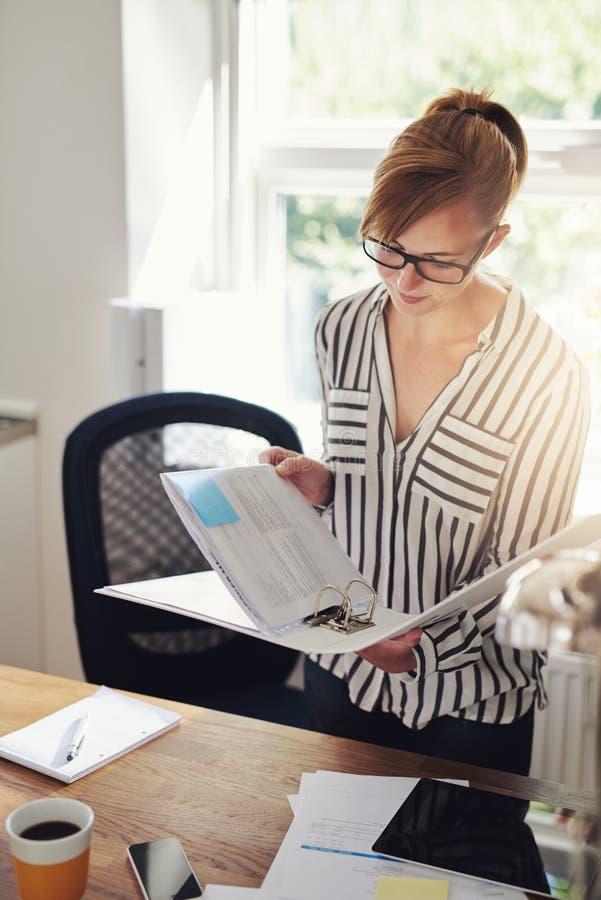 Mulher de negócios nova que trabalha em casa fotos de stock royalty free