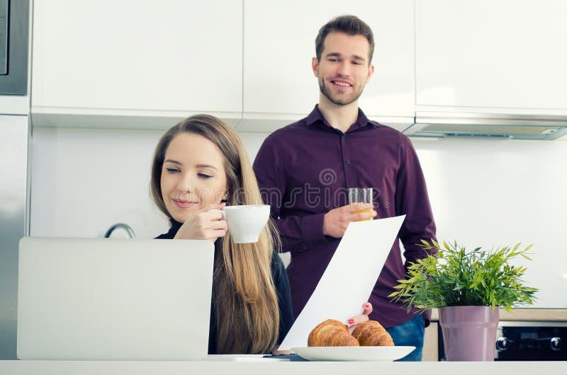 Mulher de negócios nova que trabalha em casa o café bebendo imagens de stock