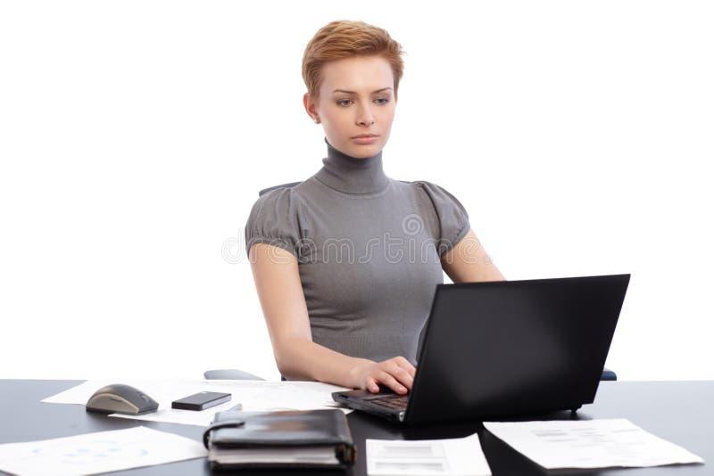 Mulher de negócios nova que trabalha na mesa imagem de stock royalty free