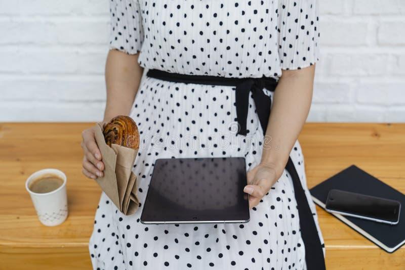 Mulher de negócios nova que trabalha na tabuleta fotografia de stock royalty free
